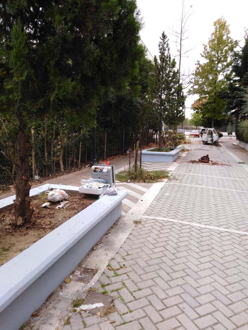 """""""Ξέφραγο αμπέλι"""" η Νέα Πολιτεία - Υπαίθρια χωματερή και πάρκινγκ οι πεζόδρομοι (φωτό)"""
