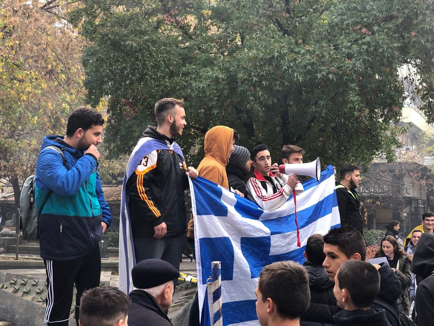 Δυναμική διαμαρτυρία μαθητών στο κέντρο της Λάρισας για τη Μακεδονία (φωτό - video)