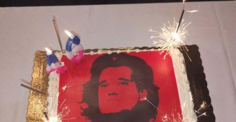 Ο Αδωνις σε ρόλο... Τσε Γκεβάρα -Η «επαναστατική» τούρτα που του ετοίμασαν οι συνεργάτες του