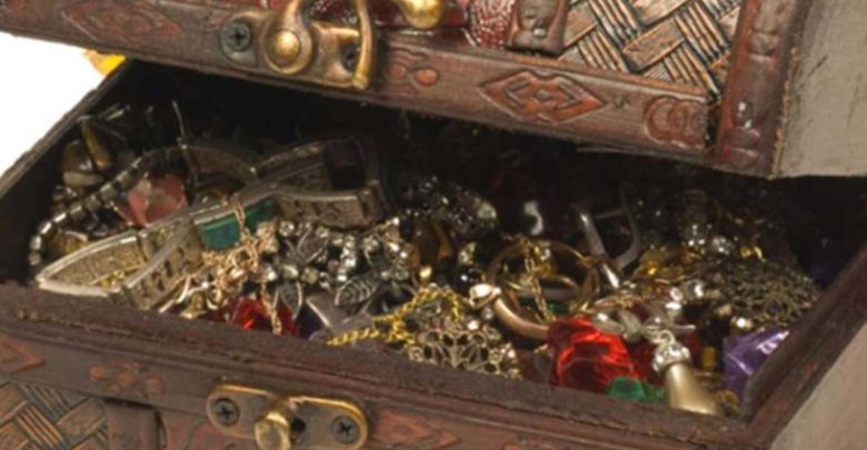 Άραβας άφησε κασελάκι με χρυσά κοσμήματα σε πασίγνωστη Ελληνίδα τραγουδίστρια