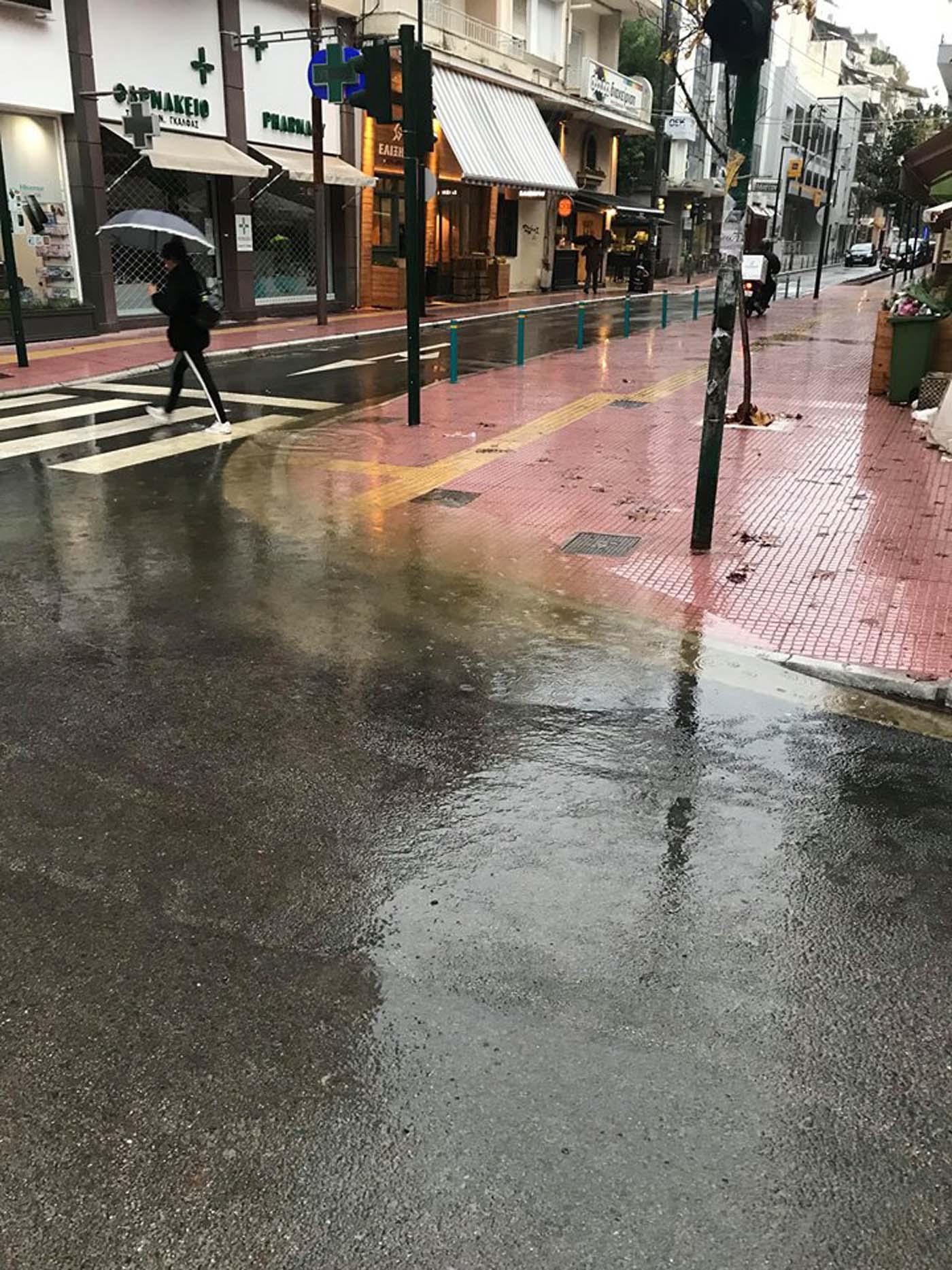 Με μία βροχούλα δημιουργήθηκε λίμνη νερού στα ολοκαίνουρια έργα του κέντρου της Λάρισας; (φωτό)