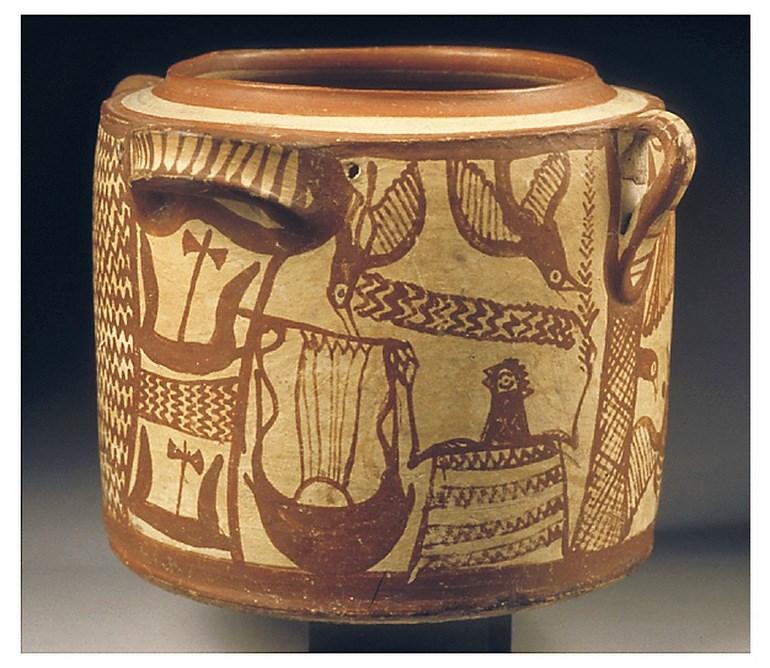 Πήλινη πυξίδα με σκηνή μουσικού δρώμενου, όπου εικονίζεται ανδρική μορφή με κλαδί στο ένα χέρι και κιθάρα ή λύρα στο άλλο. Άπτερα, περ. 1300 − 1250 π.Χ.
