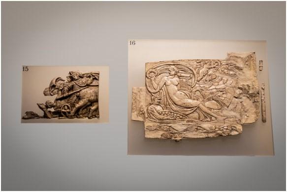 Τμήμα ελεφαντοστέινης πλάκας με ανάγλυφη παράσταση οπλίτη πάνω σε δίφρο τεθρίππου άρματος 4ος αι. Μ.Χ. & Ελεφαντοστέινο πλακίδιο, 4ος αι. Μ.Χ., Φωτογραφία: Γιώργος Αναστασάκης © Μουσείο Κυκλαδικής Τέχνης