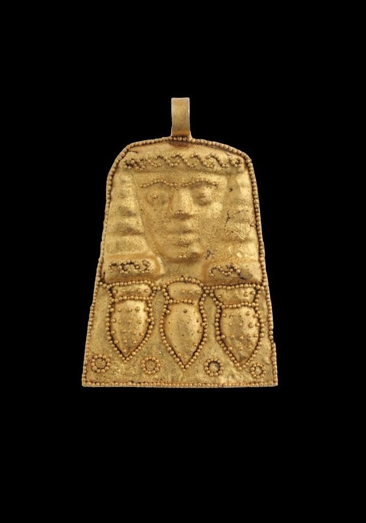 Χρυσό περίαπτο (μενταγιόν) με γυναικεία μορφή, κάτω από την οποία αποδίδονται σε σειρά τρία αγγεία. Ελεύθερνα, πριν τα μέσα του 7ου αι. π.Χ.