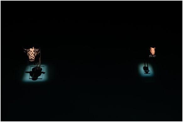 Πήλινο ρυτό σε μορφή ταυροκεφαλής, τελετουργικό σκεύος για υγρές προσφορές Κνωσός, περ. 1450-1375 π.Χ. & Pablo Picasso, Ταυροκεφαλή Vallauris, 12 Ioυλίου 1960  Φωτογραφία: Γιώργος Αναστασάκης © Μουσείο Κυκλαδικής Τέχνης