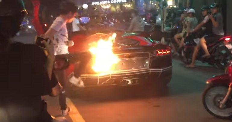 Lamborghini πήρε φωτιά από τις εξατμίσεις!