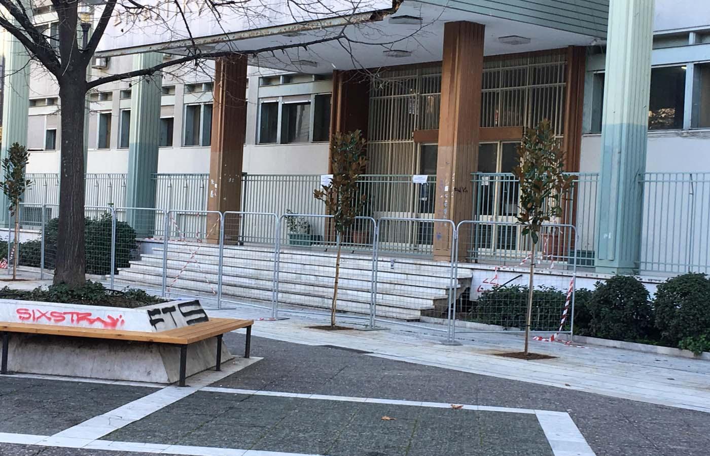 Νέα δέντρα φυτεύτηκαν μπροστά στο Δικαστικό Μέγαρο της Λάρισας (φωτό)