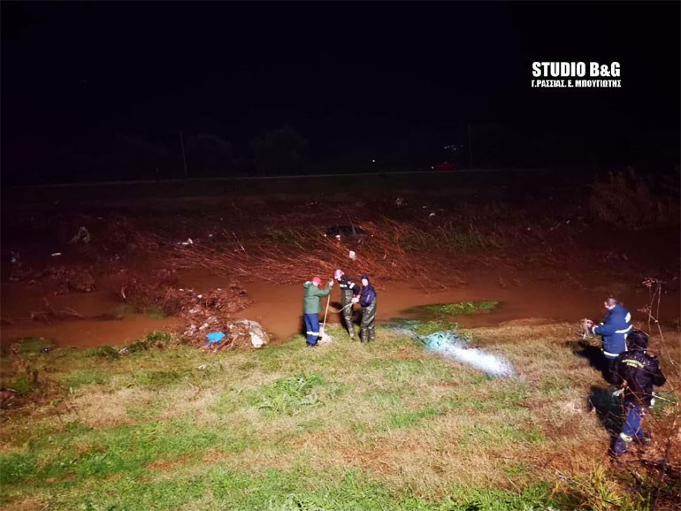 Αργολίδα: Επιχείρηση της Πυροσβεστικής για αυτοκίνητο που έπεσε στο ποτάμι
