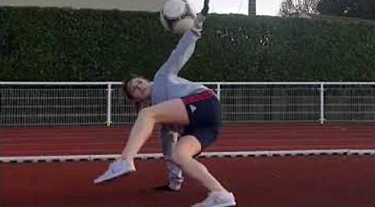 Πιτσιρίκα παίζει την μπάλα του ποδοσφαίρου στα δάχτυλα