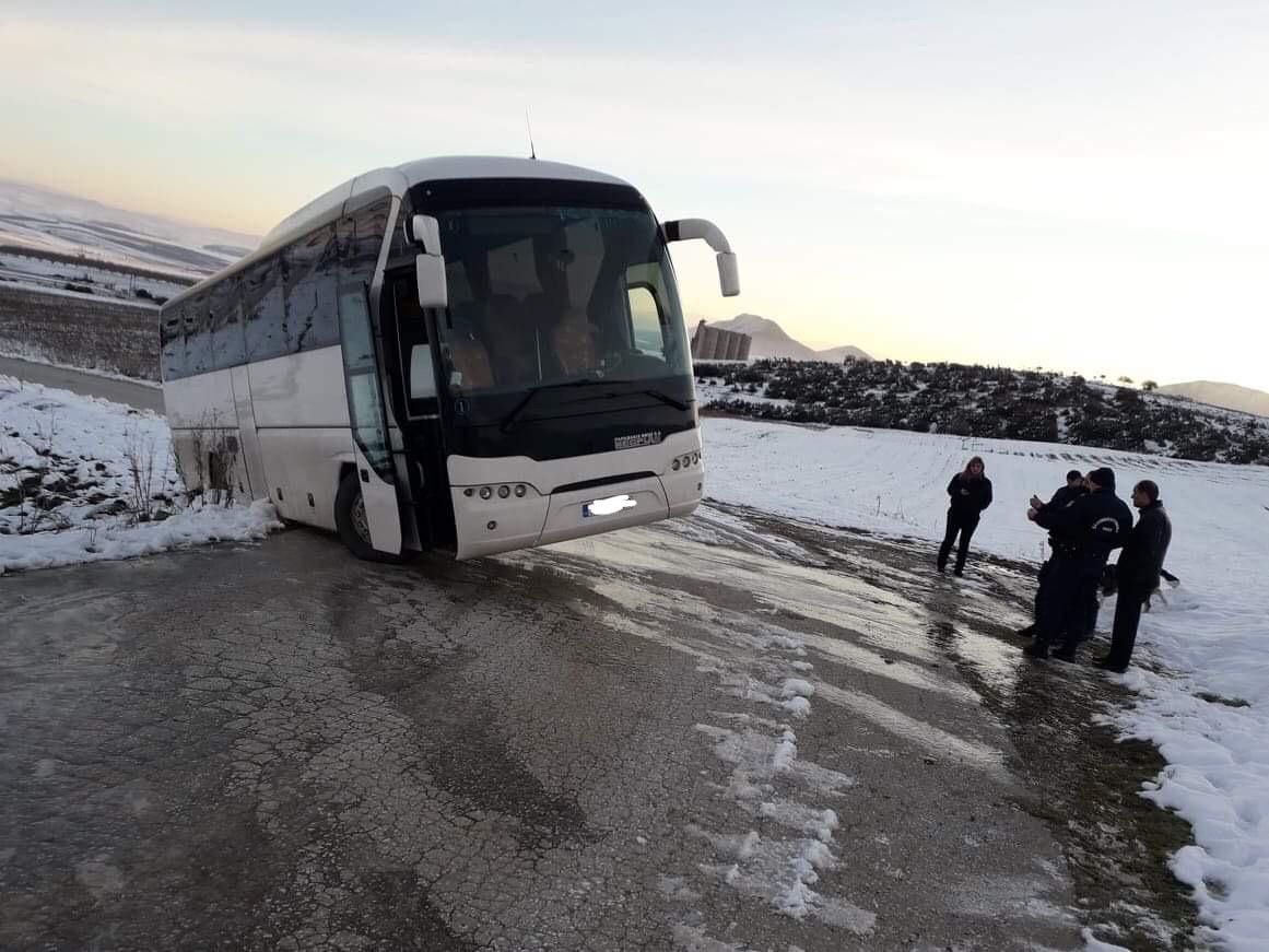 """Δρομολόγιο... τρόμου: Λεωφορείο γεμάτο με μαθητές """"βγήκε"""" από το δρόμο στην περιοχή των Φαρσάλων! (φωτό)"""