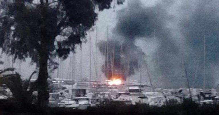 Πάτρα: Υπό μερικό έλεγχο η φωτιά που εκδηλώθηκε σε δύο ανελκυσμένα σκάφη στο λιμάνι