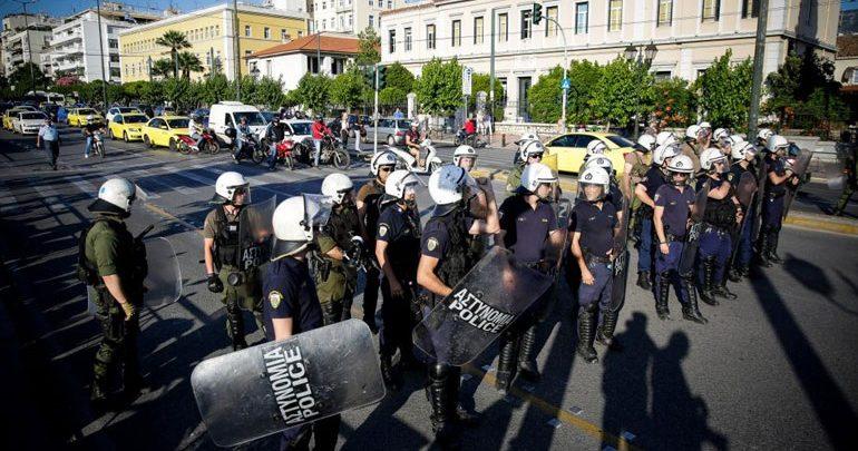 Προσαγωγές πολιτών που διαμαρτύρονται για τη Συμφωνία των Πρεσπών σε εκδήλωση στο Μέγαρο Μουσικής