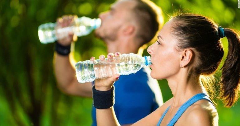 Ενυδάτωση κατά την άσκηση: Καλύτερα νερό παρά αναψυκτικά με καφεΐνη