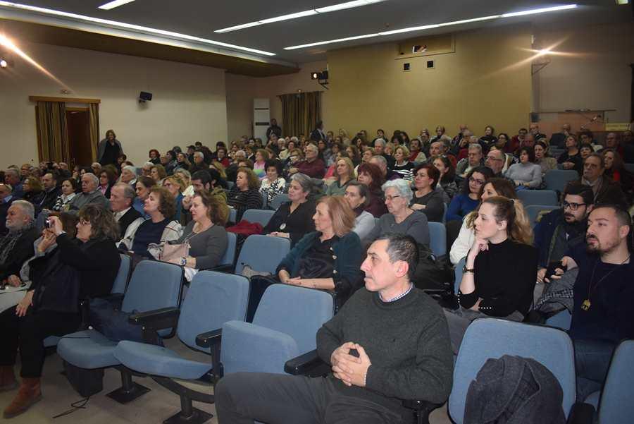 Γεμάτη η αίθουσα στην παρουσίαση του βιβλίου στη Λάρισα για τον Αλέξανδρο Παπαδιαμάντη παρουσία του Γιάννη Σμαραγδή