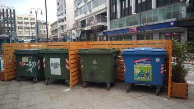 """""""Ομορφαίνει"""" τους κάδους απορριμμάτων στο κέντρο της Λάρισας η δημοτική αρχή (φωτό)"""