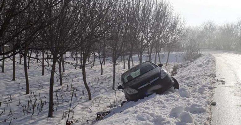 Εξετράπη αυτοκίνητο λόγω πάγου, στο Δροσερό (φωτό)