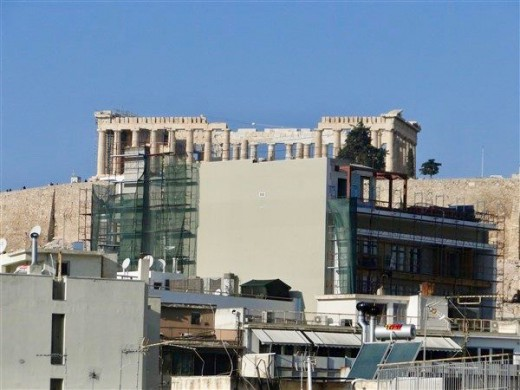 «Έγκλημα» στην Ακρόπολη – Η ανεξέλεγκτη οικιστική δόμηση «πνίγει» τον Ιερό Βράχο
