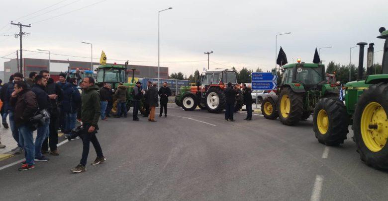 Έκλεισαν με τρακτέρ τον κόμβο του Πλατυκάμπου οι αγρότες - Δείτε φωτογραφίες