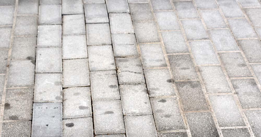 Τι συμβαίνει με τα έργα στη Λάρισα; - Σπασμένα μάρμαρα και κυβόλιθοι και στην ολοκαίνουρια οδό Βενιζέλου!