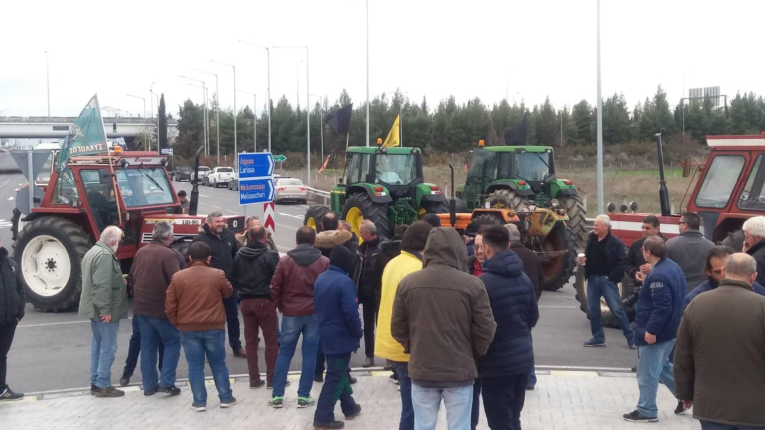 Έκλεισαν τον κόμβο Πλατυκάμπου οι αγρότες - Την Πέμπτη το ραντεβού με το κυβερνητικό κλιμάκιο (φωτό)