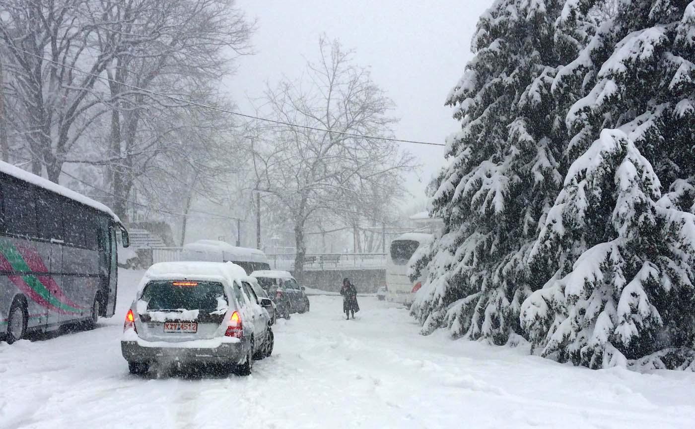 Ώρες ταλαιπωρίας για εγκλωβισμένους στο χιόνι σε λεωφορεία και αυτοκίνητα στο Στόμιο - Δείτε βίντεο και φωτογραφίες