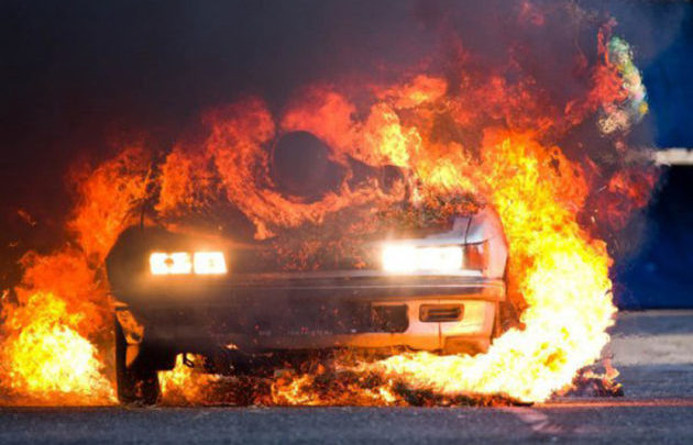 Αυτοκίνητο τυλίχτηκε στις φλόγες στα Φάρσαλα