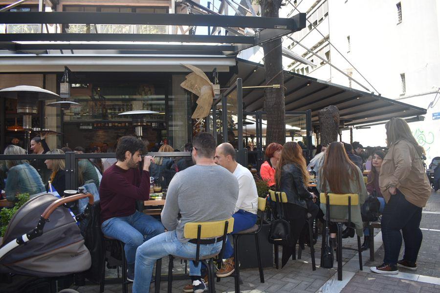 «Βούλιαξαν» τα café και τα ουζερί στη Λάρισα εν μέσω καλοκαιρίας σήμερα 25η Μαρτίου (φωτο)