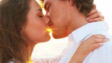 Γιατί γέρνουμε δεξιά το κεφάλι όταν φιλάμε;