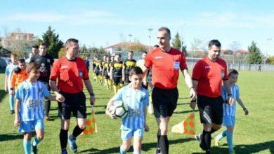Επιστροφή στα γήπεδα για το Θανάση Τζήλο μετά τον ξυλοδαρμό του - Βραβεύτηκε σε αγώνα στη Λάρισα (φωτό - βίντεο)