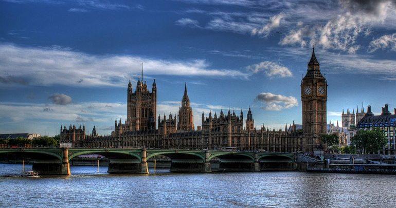 Οι Βρετανοί φοβούνται μην καεί η Βουλή τους όπως η Παναγία των Παρισίων