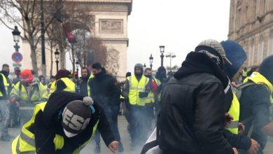 Αστυνομικοί συγκρούστηκαν με «κίτρινα γιλέκα» που διαδηλώνουν για 23ο Σάββατο στο Παρίσι