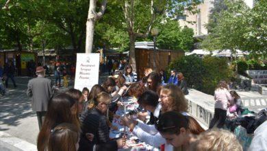 Μικροί και μεγάλοι έφτιαξαν πασχαλιάτικες λαμπάδες στην πλατεία Ταχυδρομείου (φωτο)