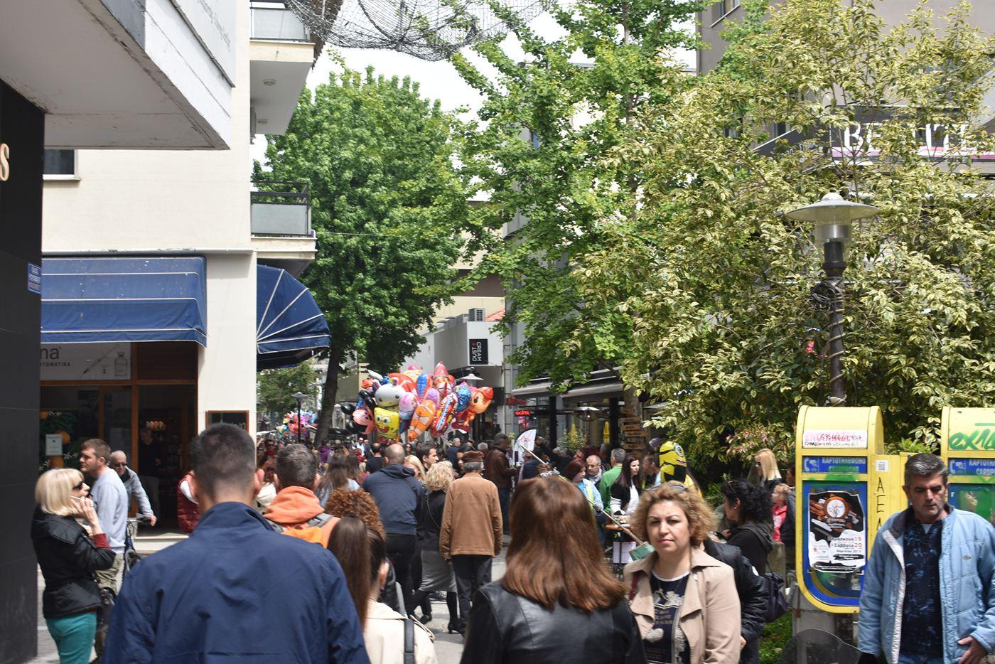 Χαμός από κόσμο στην αγορά της Λάρισας, όχι όμως και στα... ταμεία των εμπορικών - Δείτε φωτορεπορτάζ
