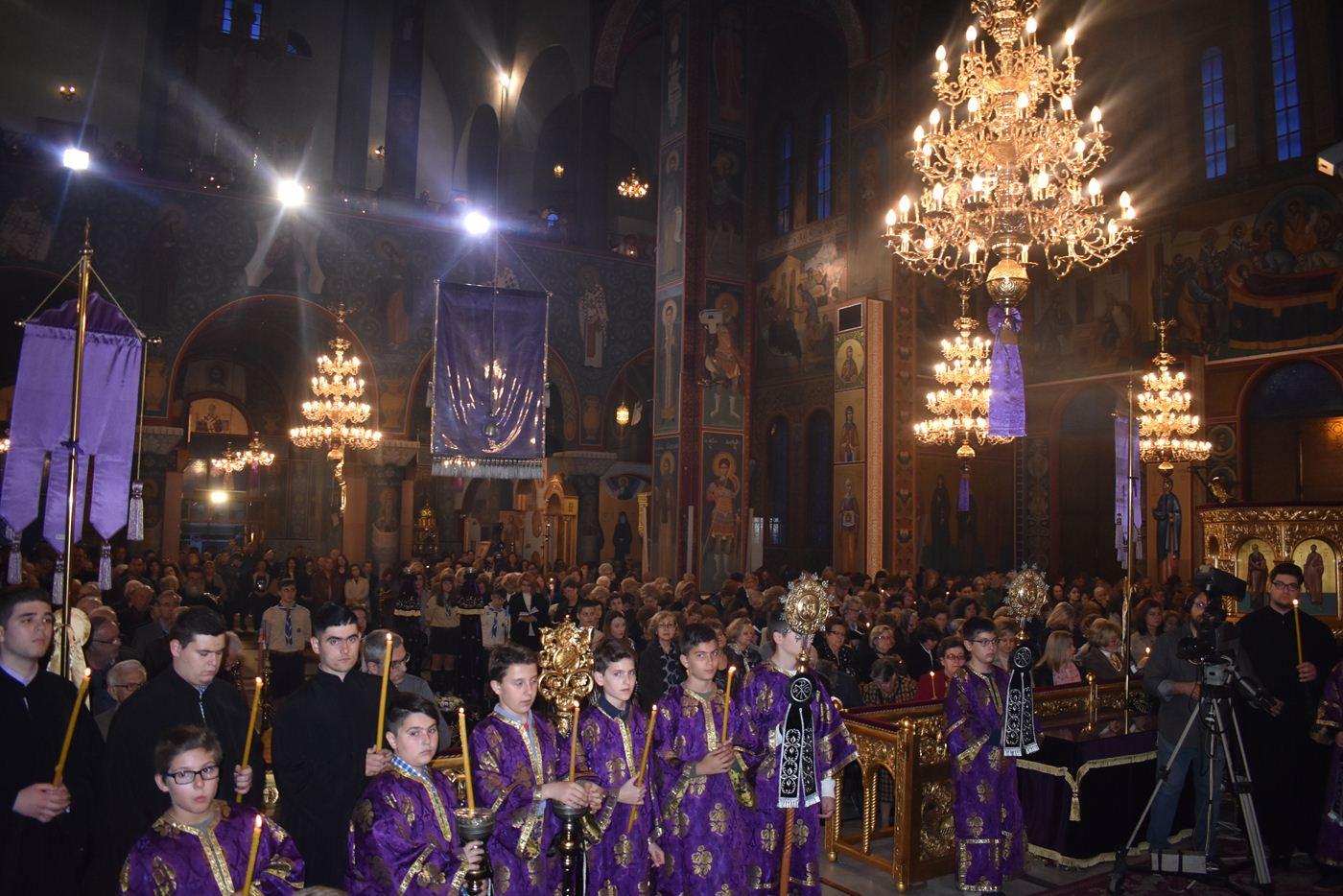 Εκατοντάδες πιστοί στην κορύφωση του Θείου Δράματος στον Ι.Ν. Αγίου Νικολάου στη Λάρισα (φωτο)