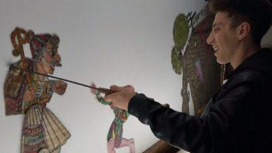 Ο 19χρονος καραγκιοζοπαίκτης από την Κρανιά Ελασσόνας στήνει τον μπερντέ του στα ερτζιανά της ΕΡΤ