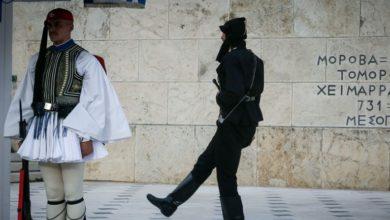 Συγκίνηση στο Σύνταγμα από την αλλαγή φρουράς με Πόντιους Εύζωνες