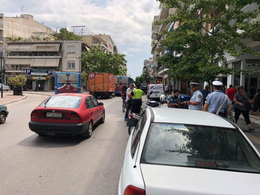 Πανικός στη Λάρισα από άνδρα που περιφερόταν γυμνός - Έσπασε παρμπριζ αυτοκινήτου (φωτο)