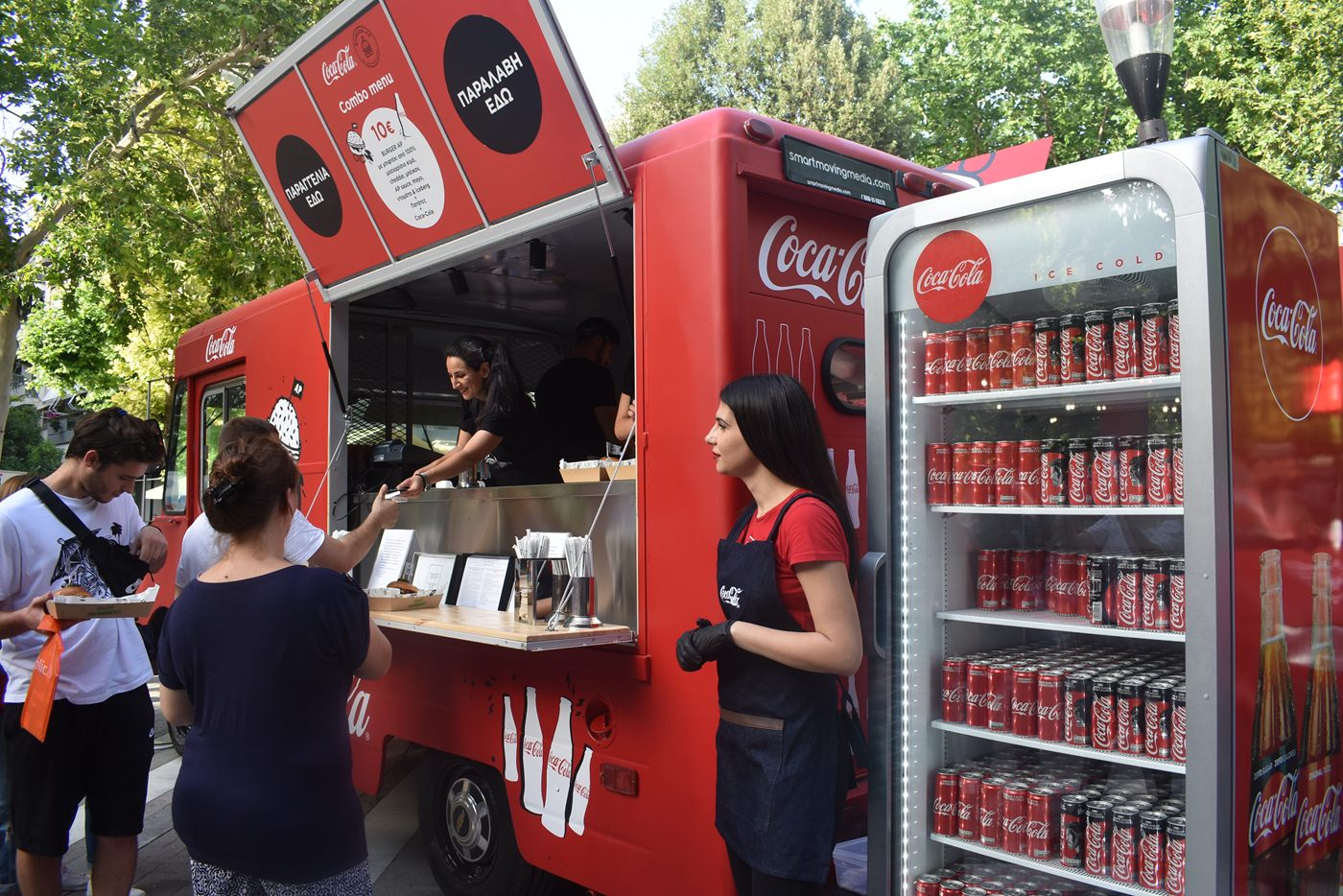 Burgers για τους Λαρισαίους έφτιαξε ο Άκης Πετρετζίκης - Το Coca-Cola & Akis Food Tour Festival έφτασε στην πόλη (φωτο)