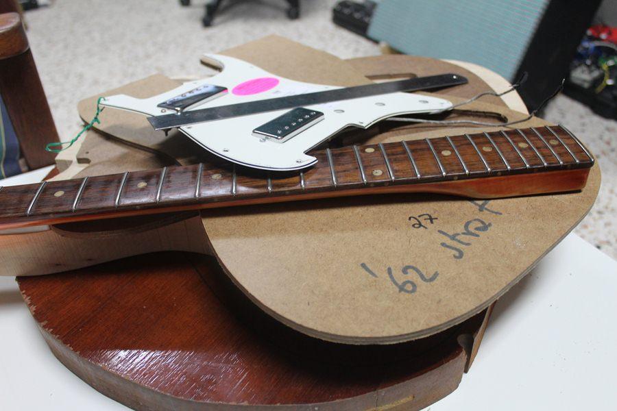 Ο Λαρισαίος με την σπάνια συλλογή από κιθάρες και η αξιοζήλευτη «βασίλισσά» του (φωτο)
