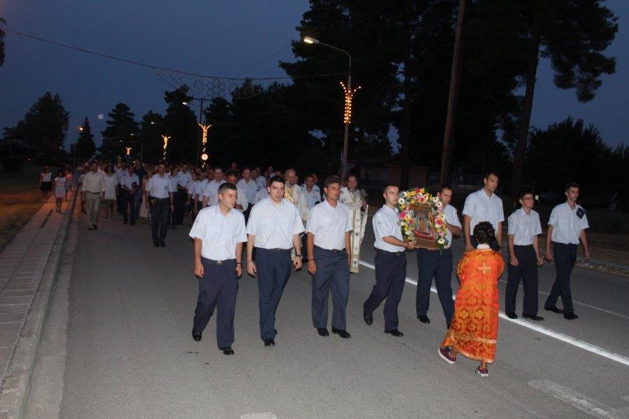Πλήθος πιστών στον πανηγυρικό εσπερινό στην εκκλησία της Κοίμησης της Θεοτόκου στην 110 Πτέρυγα Μάχης (φωτο)