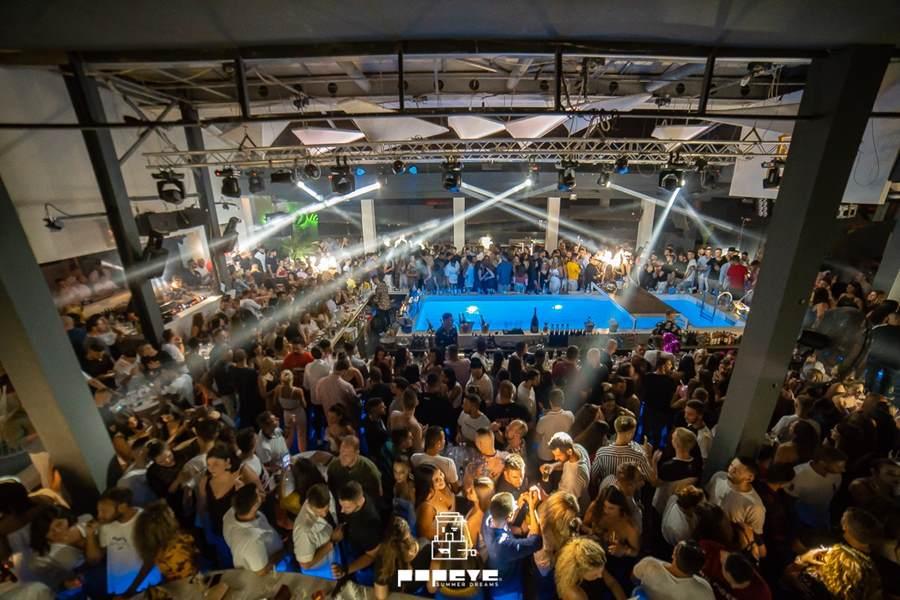Ο Νίκος Μουτσινάς σε μεγάλα κέφια στο Popeye στη Λάρισα - Χορός με Σολωμού και Νικολάου μέχρι το πρωί (φωτο)