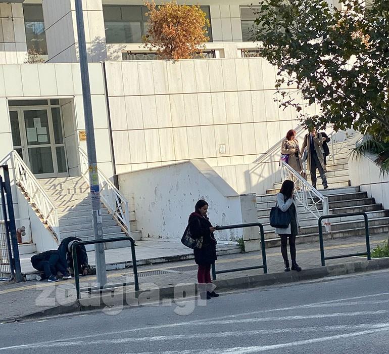 Χρήση ηρωίνης μπροστά στην είσοδο του Εφετείου Αθηνών, Πέμπτη 14 Νοεμβρίου 2019