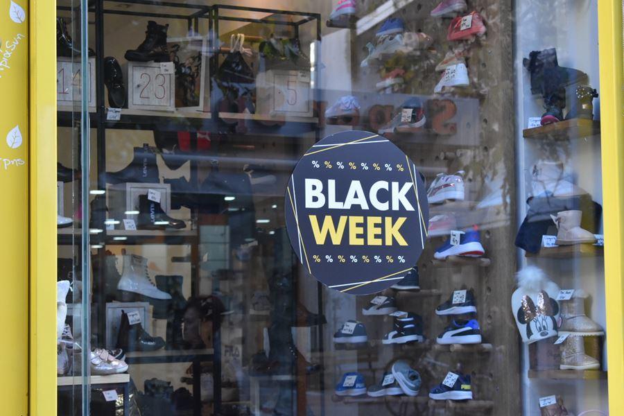Τα παράξενα της Black Friday στη Λάρισα! Κι όμως τα είδαμε και αυτά... (φωτο)