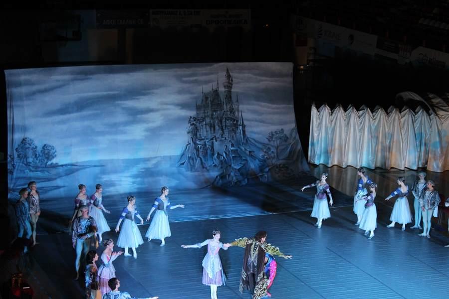 """Ενθουσίασαν τους Λαρισαίους τα Κρατικά Μπαλέτα της Μόσχας παρουσιάζοντας την """"Λίμνη των Κύκνων"""" (φωτο - βίντεο)"""