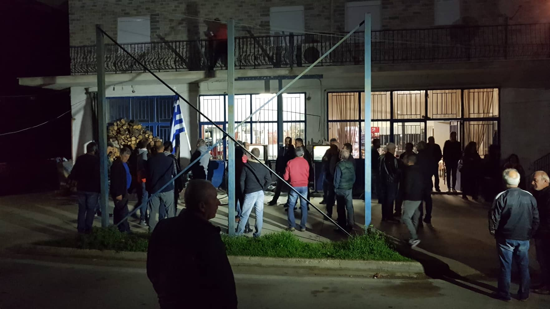 Οι κάτοικοι της Καρίτσας έκλεισαν τον δρόμο για να μην μπει το πούλμαν με τα προσφυγόπουλα (φωτο)