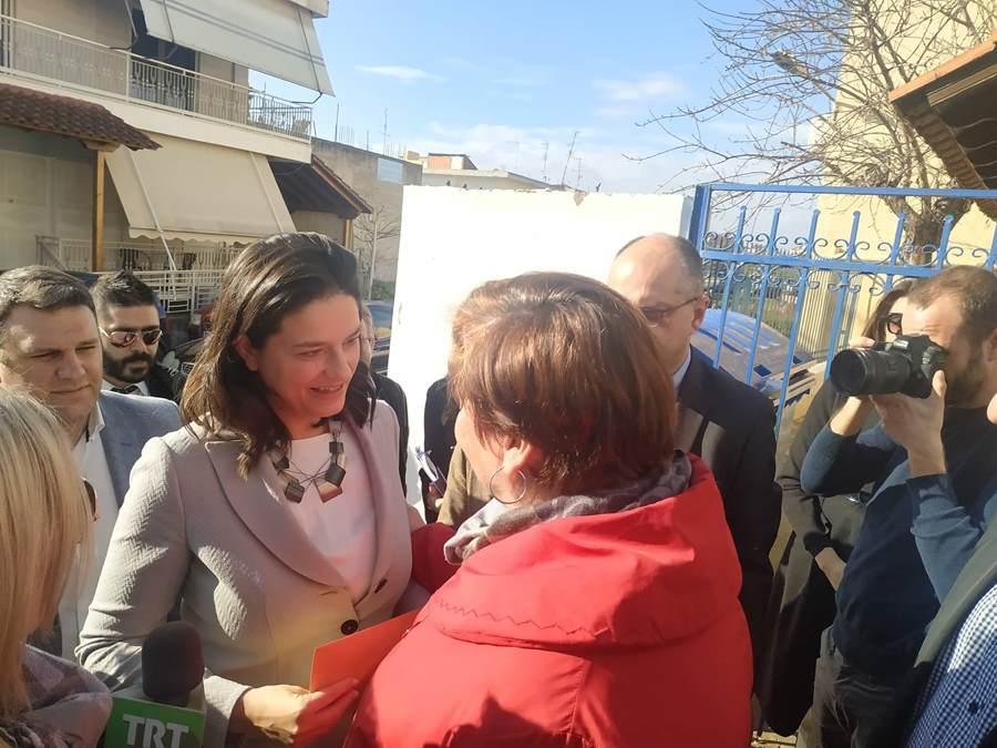 Κοντά σε Λαρισαίους μαθητές η υπουργός Παιδείας Ν. Κεραμέως: «Ήρθαμε να καταγράψουμε προβληματισμούς»