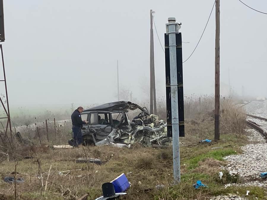 Σμπαράλια το αυτοκίνητο που παρασύρθηκε από τρένο στο Κιλελέρ - Δείτε φωτογραφίες