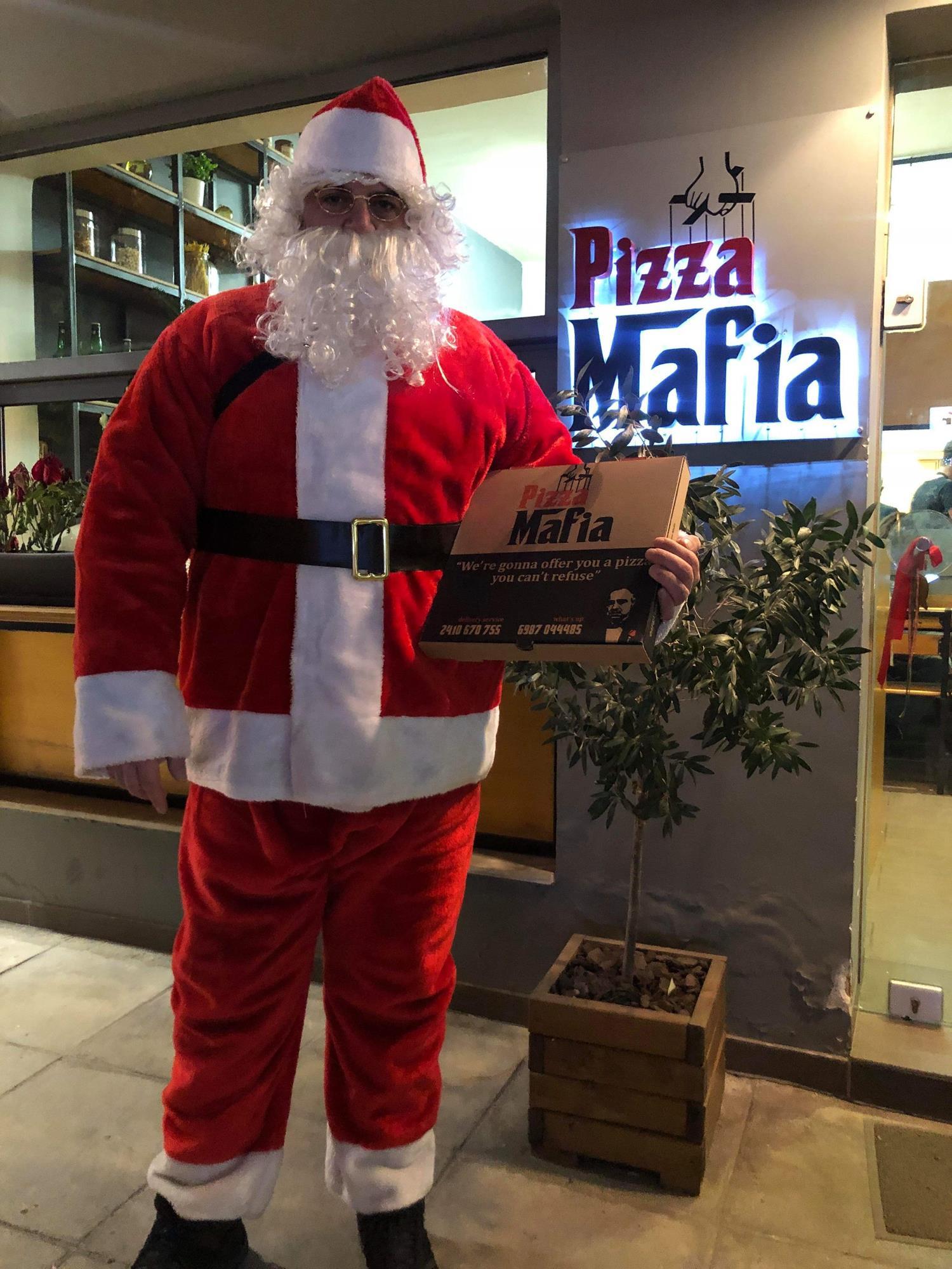 Στη Λάρισα ο Άγιος Βασίλης κάνει... ντελίβερι πίτσες - Η συγκινητική πρωτοβουλία ενός διανομέα (φωτό)