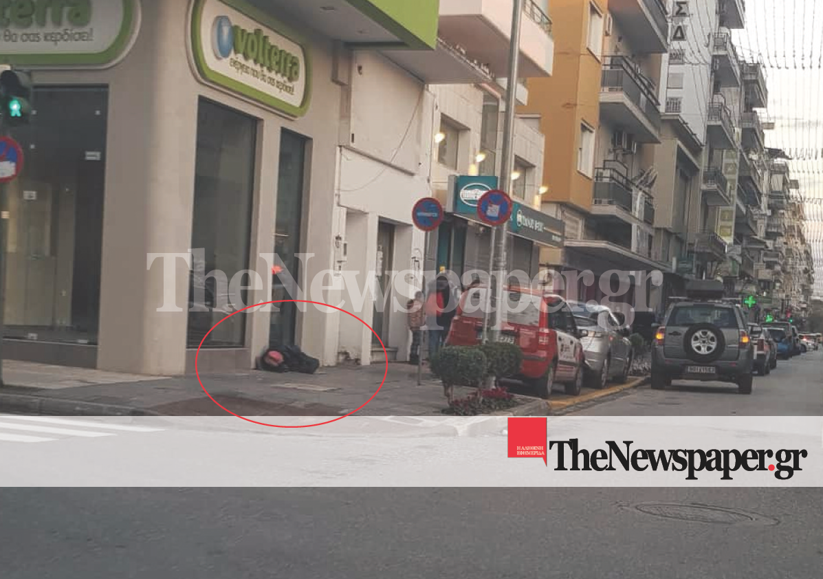 Βόλος: «Σπάει καρδιές» ο άστεγος που κοιμάται στο παγωμένο πεζοδρόμιο της Ιάσονος (φωτο)