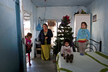 1455914 kataulismos roma lifo  4  - Χριστούγεννα σ' έναν καταυλισμό Ρομά στον Τύρναβο (φωτο)